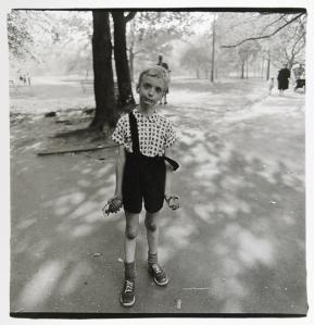 diane-arbus-enfant-avec-une-grenade-en-plastique-dans-central-park-new-york-1962_article_popin